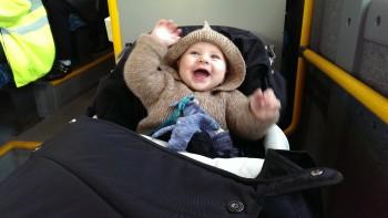 Glad for at køre i bus